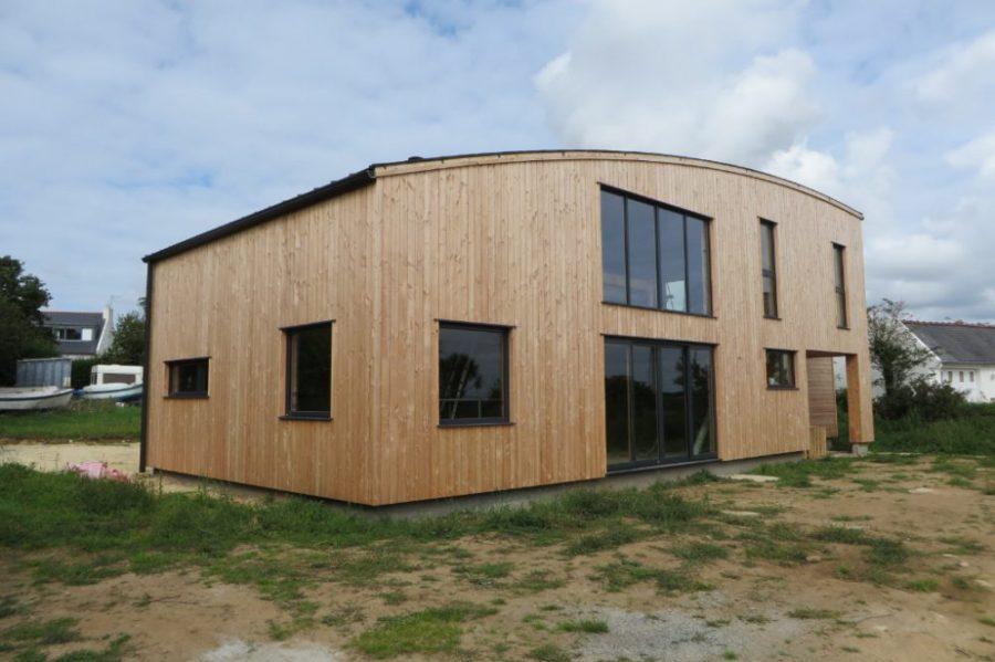 Maison bois toit cintr finist re tr gana maisons bois acacia - La maison au milieu des bois ...
