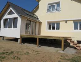 Extension ossature bois avec terrasse sur pilotis