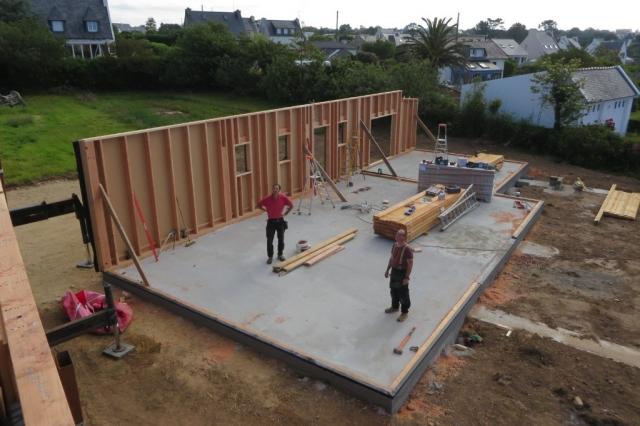 Maison bois pose des murs sur dalle béton