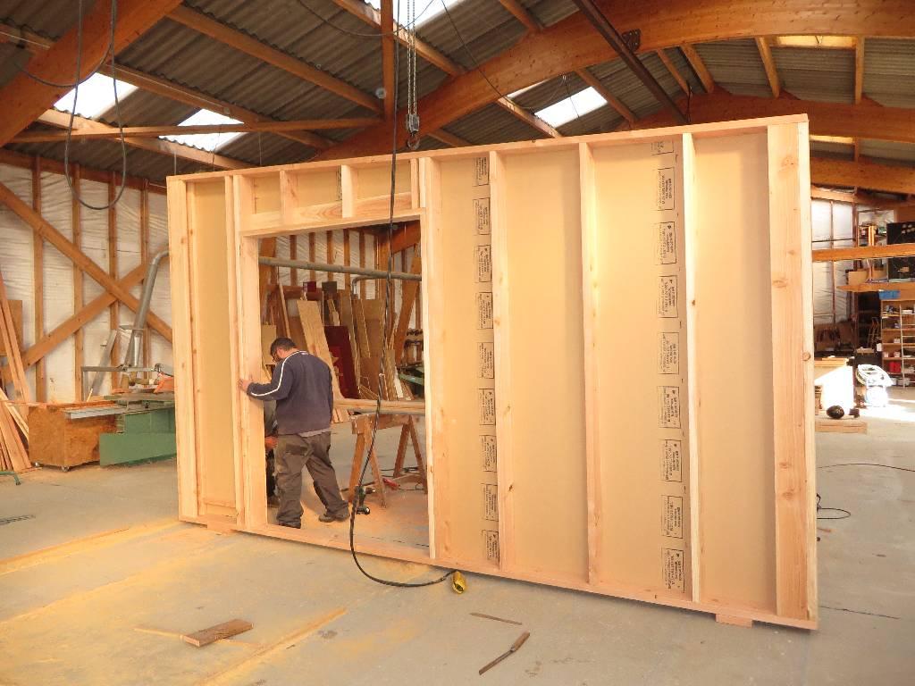 Levage du mur à l'atelier avant chargement
